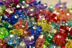 Étoiles en plastique de couleur Images stock