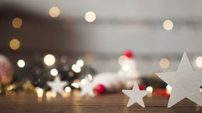 Étoiles et décoration de Noël sur le vieux plancher en bois, lumières de bokeh banque de vidéos
