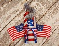 Étoiles et drapeaux de rayure et travaux s du feu sur un fond blanc rustique Photo libre de droits
