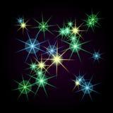 Étoiles lumineuses de différentes couleurs sur un fond noir trame Photo libre de droits