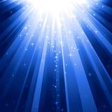 Étoiles magiques descendant sur des faisceaux de lumière