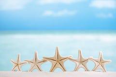 5 étoiles pêchent, les étoiles de mer blanches avec l'océan, bateau, plage blanche de sable, Photo libre de droits