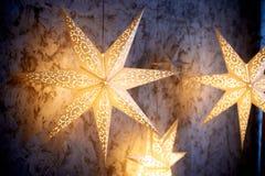 Étoiles rougeoyantes de grand papier Décoration intérieure de Noël image libre de droits