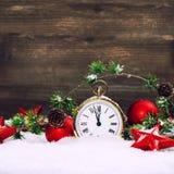 Étoiles rouges de décoration de Noël, babioles et horloge d'or Photos stock