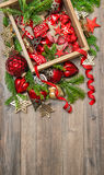 Étoiles rouges de décorations de Noël, babioles, rubans Ornam de vintage Photos stock