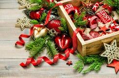Étoiles rouges de décorations de Noël de vintage, babioles, rubans Photographie stock libre de droits