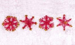 Étoiles rouges sur la neige Images stock