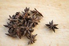 Étoiles sèches d'anis sur le fond en bois Photo libre de droits