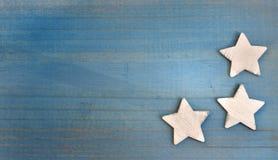 Étoiles sur le conseil bleu Photos stock