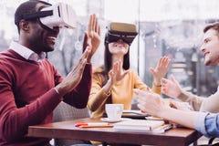 Étonné deux amis choqués par VR Image libre de droits