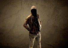 Étranger à capuchon secret dans l'obscurité photos stock