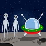 Étrangers et vaisseau spatial sur la lune Photos libres de droits