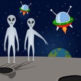 Étrangers et vaisseaux spatiaux menaçant la terre Images libres de droits