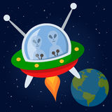 Étrangers volant avec le vaisseau spatial dans l'espace Photo stock
