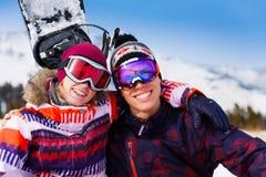 Étreignant des couples dans des masques de ski ensemble Photos stock