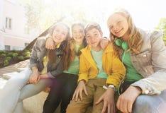 Étreindre adolescent heureux d'étudiants ou d'amis Photos libres de droits
