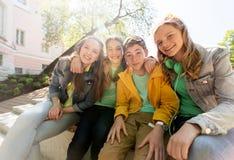 Étreindre adolescent heureux d'étudiants ou d'amis Images stock