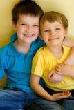 Étreindre adorable de frères Photos libres de droits
