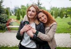 Étreindre affectueux heureux de deux amies de femmes Images libres de droits