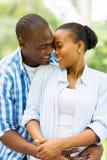 Étreindre africain de couples Photographie stock
