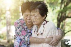 Étreindre asiatique de femmes agées Images libres de droits