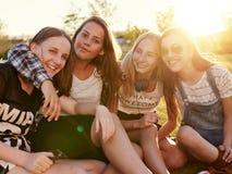 Étreindre d'adolescentes Images libres de droits