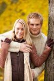 Étreindre de couples d'amour d'automne heureux en stationnement Images libres de droits
