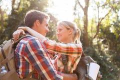 Étreindre de couples de randonneur Photo libre de droits
