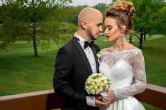 Étreindre de couples merried par jeunes beaux Photos stock