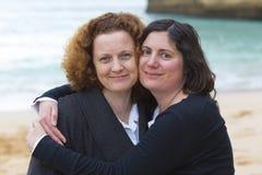 Étreindre de deux amis Photo libre de droits