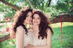 Étreindre de deux beau jeune soeurs de boho Images stock