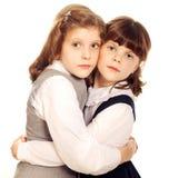 Étreindre de deux petites filles. D'isolement Photos libres de droits