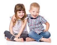 Étreindre de frère de sourire et de petite soeur D'isolement Photos libres de droits