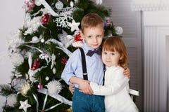 Étreindre de frère et de soeur Photo stock
