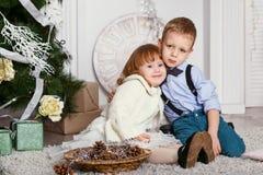Étreindre de frère et de soeur Image stock