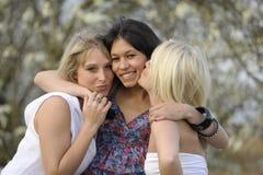 Étreindre de jeunes amis féminins Images libres de droits