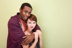 Étreindre de l'adolescence de couples de chemin mélangé Photographie stock libre de droits