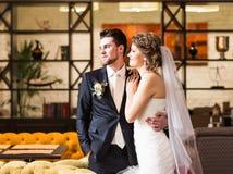 Étreindre de luxe élégant de couples de mariage Photo stock