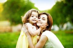 Étreindre de mère et de descendant Photos libres de droits