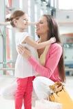 Étreindre de mère et de descendant Photographie stock