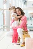 Étreindre de mère et de descendant Photos stock