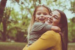 Étreindre de mère et de descendant Front View Photos stock