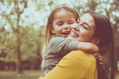 Étreindre de mère et de descendant Front View Photographie stock libre de droits