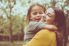 Étreindre de mère et de descendant Front View Photographie stock
