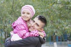Étreindre de père et de descendant Photos libres de droits