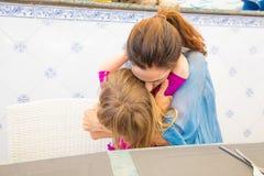 Étreindre de petit enfant et de mère Photographie stock libre de droits