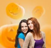 Étreindre de sourire d'adolescentes Photo stock