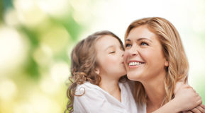 Étreindre de sourire de mère et de fille Image libre de droits