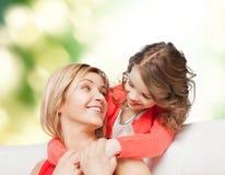 Étreindre de sourire de mère et de fille Images libres de droits