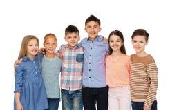 Étreindre de sourire heureux d'enfants Photos stock